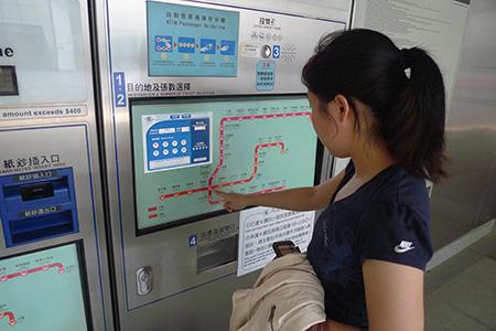 Usar la máquina expendedora de monedas para la compra de boletos.