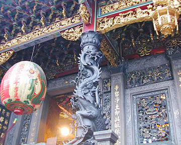 寺庙的龙窗木雕图片