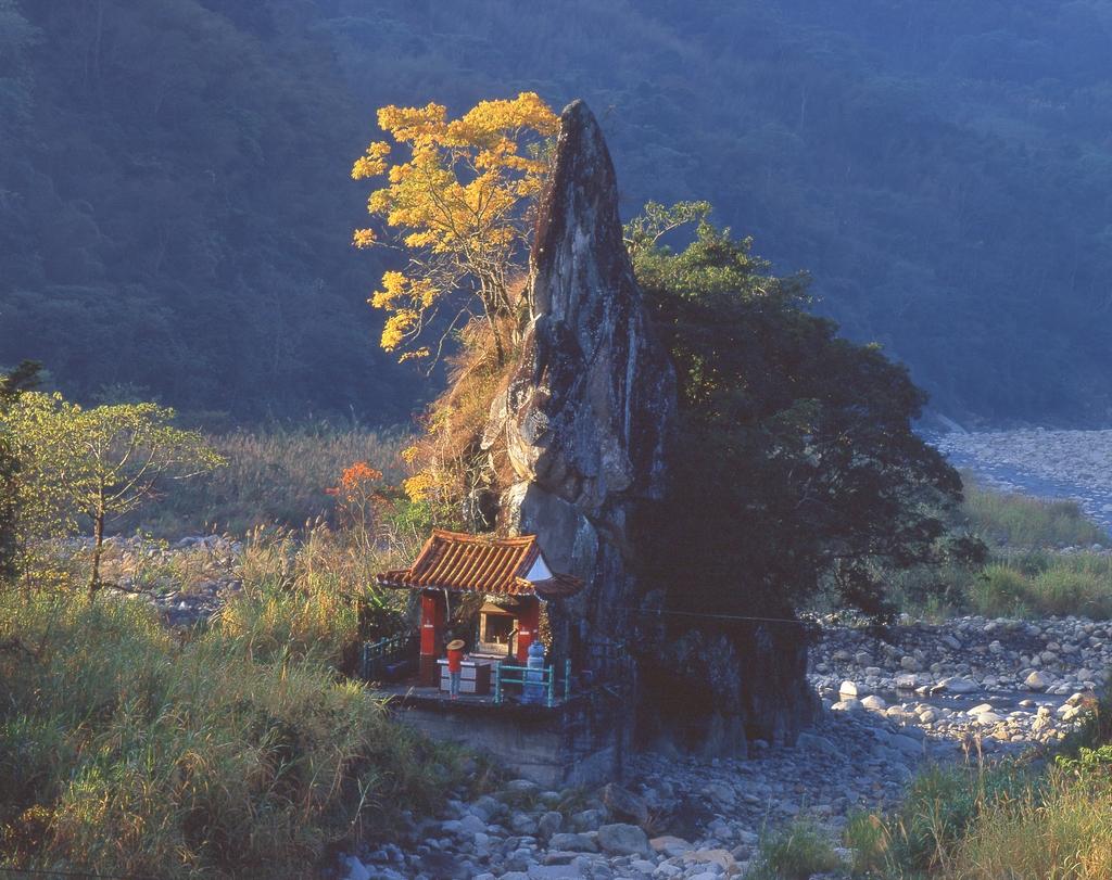 尖石岩下方有座供奉尖石爺的小廟