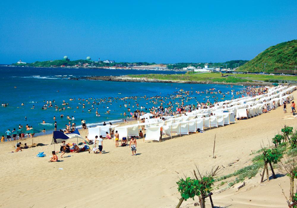 Baisha Bay (Baishawan) is full of visitors during summer