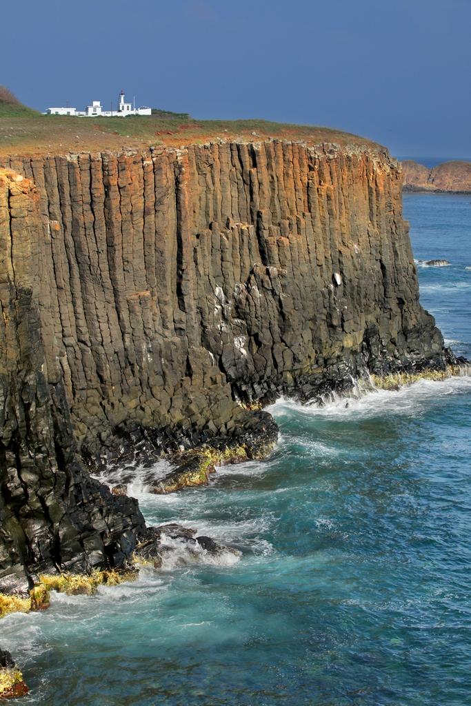 由玄武岩節理分明的石柱羅列環繞而成的島嶼