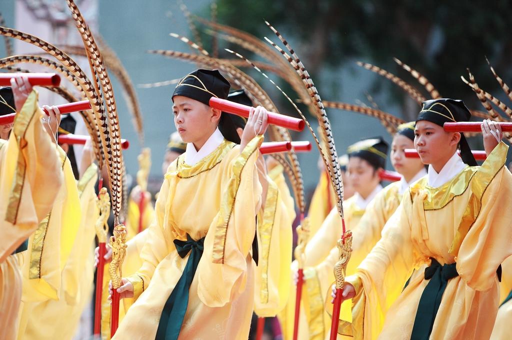 學生表演八佾舞