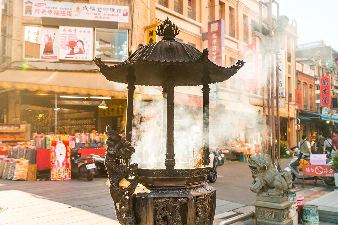 香煙繚繞的霞海城隍廟