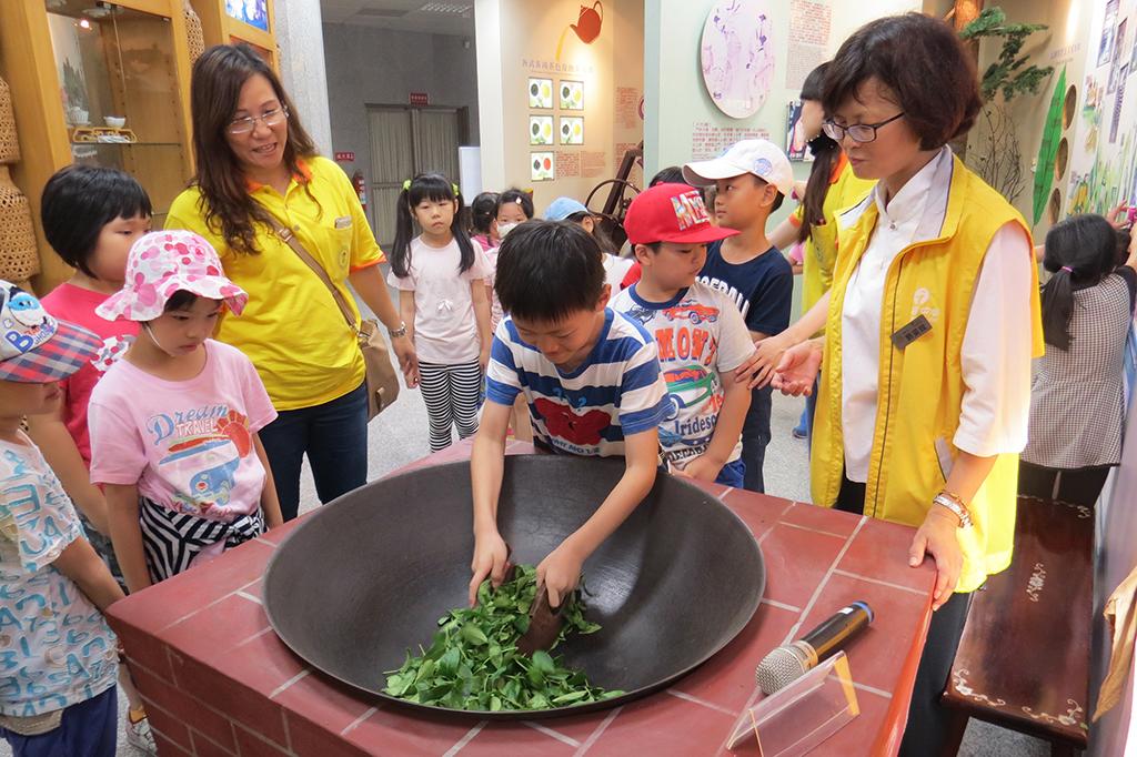 松柏嶺遊客中心炒茶DIY活動