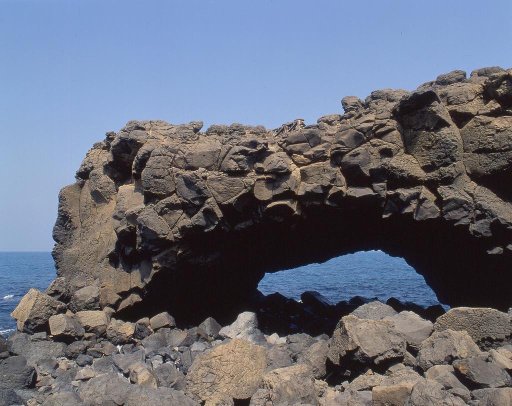 受海蝕作用而形成一巨形海蝕洞