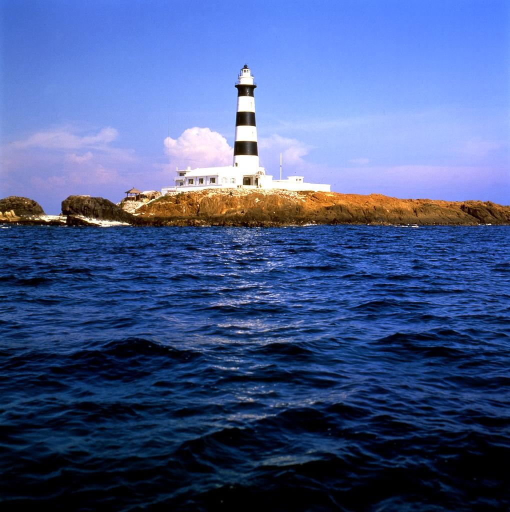 燈塔聳立在玄武岩岩礁上,距海平面達59公尺