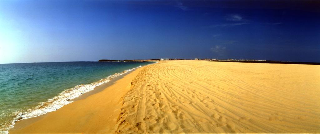長達數千公尺的金黃色海灘