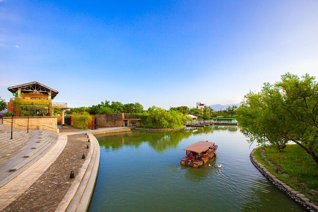 園區緊鄰宜蘭縣冬山河,其內河道座落於園區內,來趟畫舫船之旅,從河面觀賞園區,欣賞不同的傳藝之美。