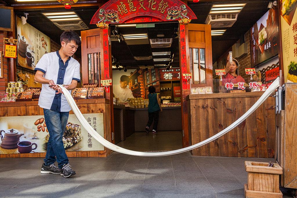 為園區仿老街建築群,展現臺灣傳統聚落氛圍,傳統聚落反應出地方的經濟、社會、交通等發展,形成市集,街道等,成為聚落食衣住行生活機能環境,每日固定時段均有職人示範展演。
