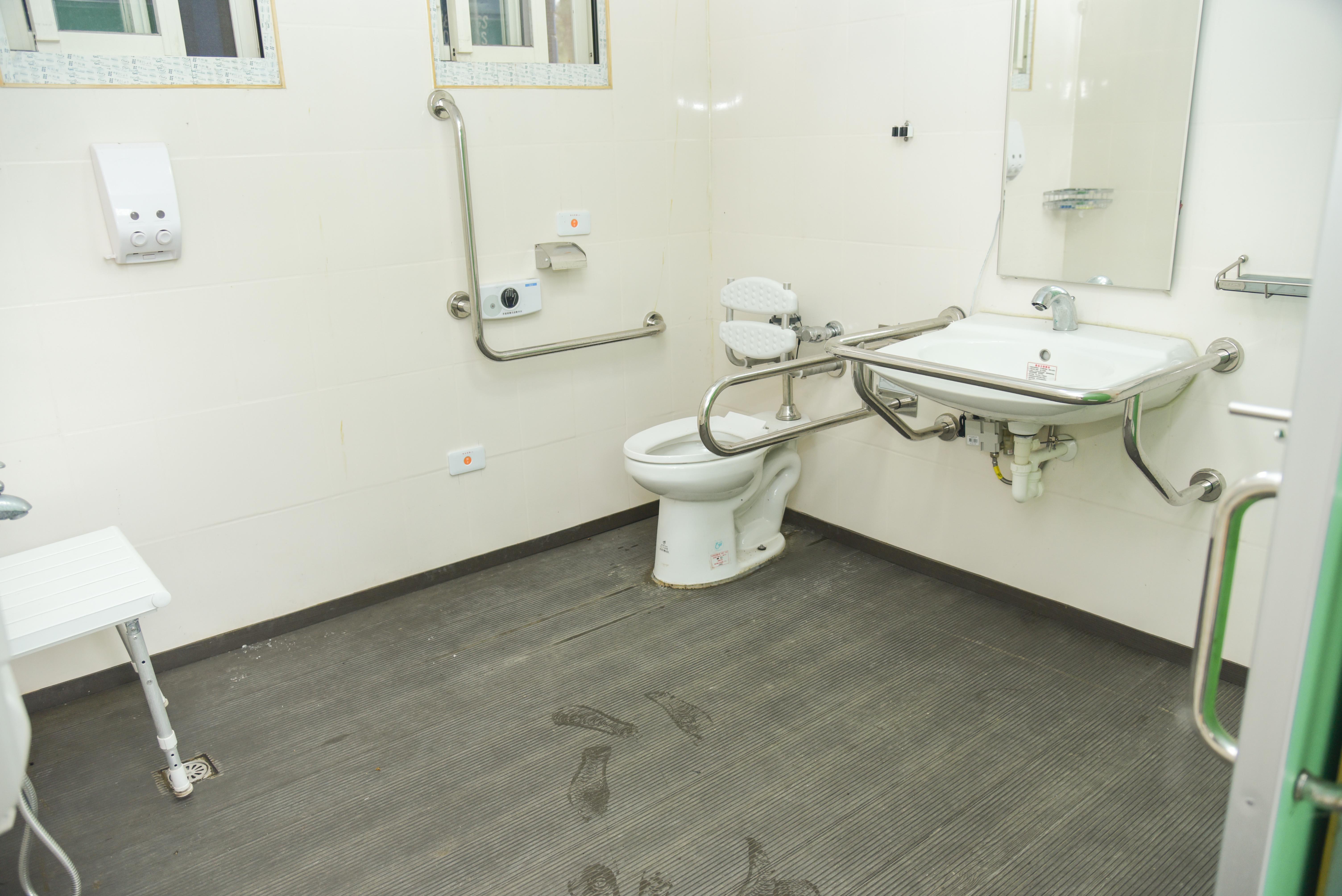 無障礙浴廁內部
