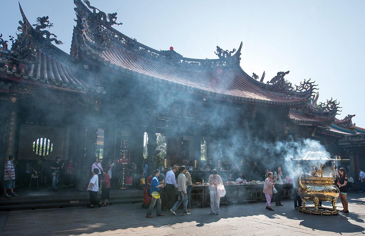 香煙繚繞的臺北龍山寺