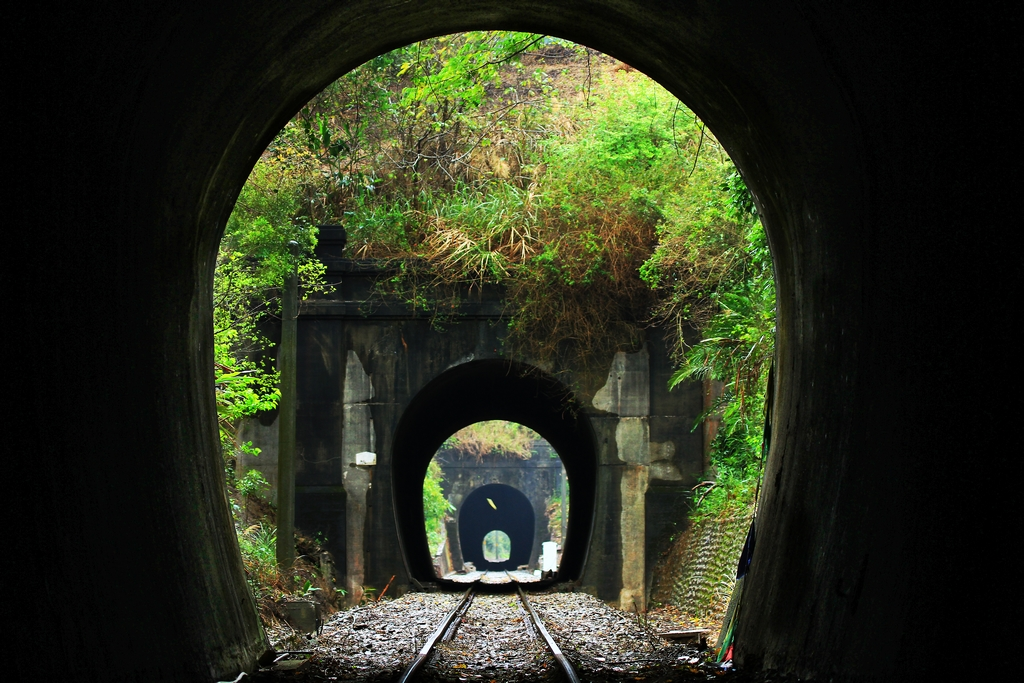 【舊山線隧道群】三到六號隧道群,介於龍騰橋與內社川橋之間,是由三、四、五、六號隧道所組成的連續隧道群,隧道長度分別為511、48、236、228公尺,火車在約一公里的短距離內,忽明忽暗地進洞出洞獨有特色,正是舊山線名為「山」線的最佳寫照。