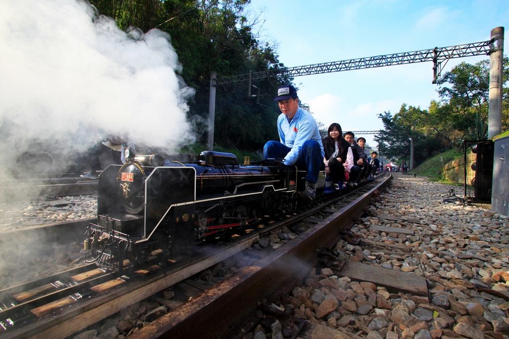 【勝興小火車】勝興車站除了小火車外,自100年10月15日起每週六、日各行駛1班郵輪式柴電列車行駛三義站至舊泰安站。
