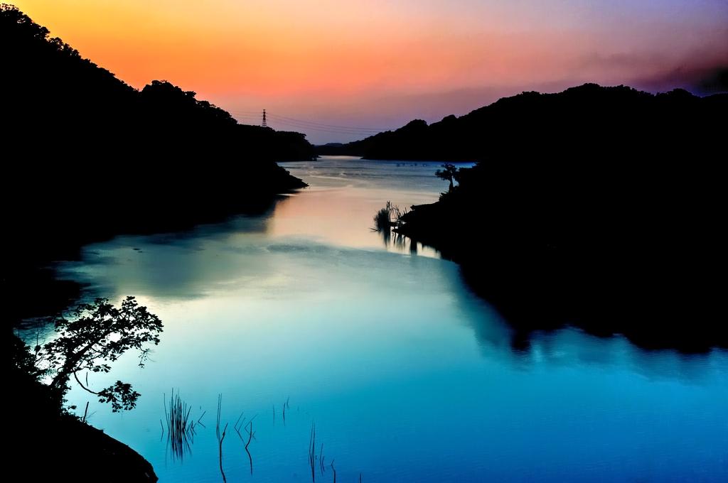 【鯉魚潭夕彩】鯉魚潭水庫壩址位於大安溪支流景山溪上,由於水資源豐富,天然景色綺麗,此地已成為中部地區小有名氣的遊憩區,假日常有大批遊客來觀賞水庫美麗的景色。