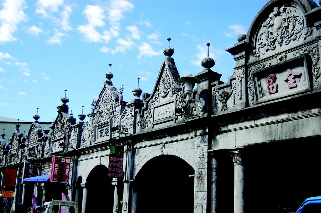 【大溪老街】以和平路為中心,濃濃的巴洛克式風格建築,具觀光休閒、文化教育、古蹟保存等多重功能,是到大溪必遊景點。