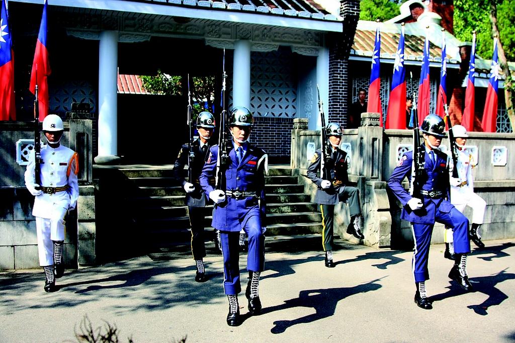 【儀隊交接】  三軍儀隊表演,花式操槍每小時換班,全台目前僅有五處可觀賞,其中兩處便位於大溪及慈湖陵寢。