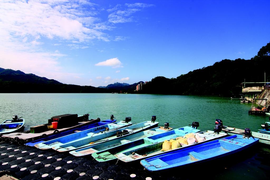 【石門水庫】  水庫湖光山色吸引海內外旅客前來,百種以上活魚料理方式獨具特色,乘船遊湖、單車旅行皆可自在旅遊。