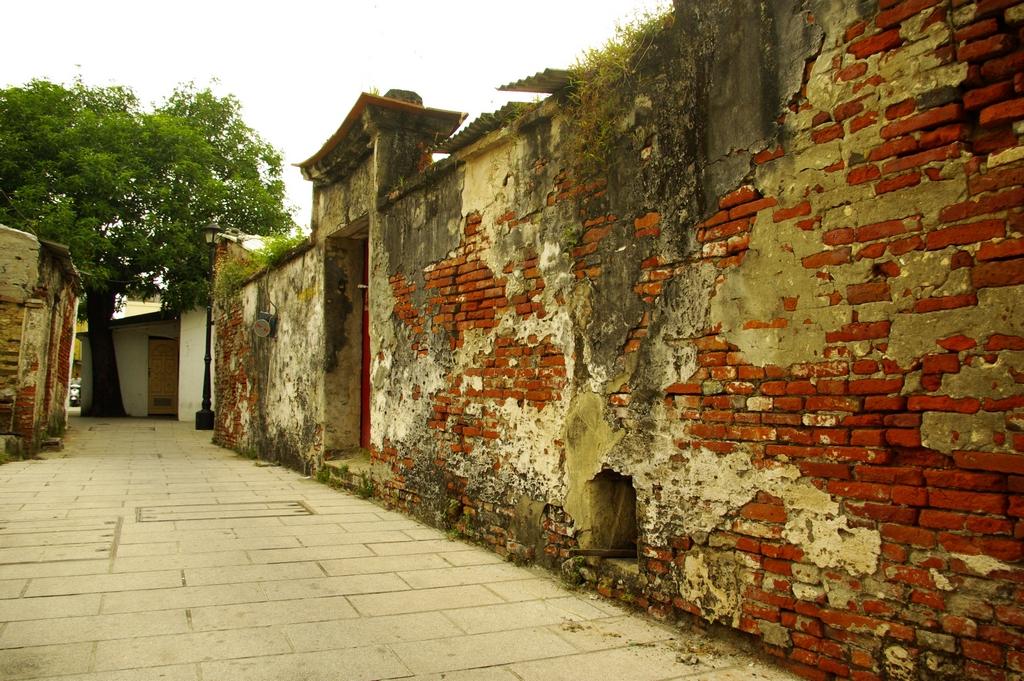 位於安平古堡旁的『延平街』,據說為三百多年前荷蘭人在安平修建的第一條街道,因此有『台灣第一街』之稱。散步其中,彷彿走進了時光隧道。
