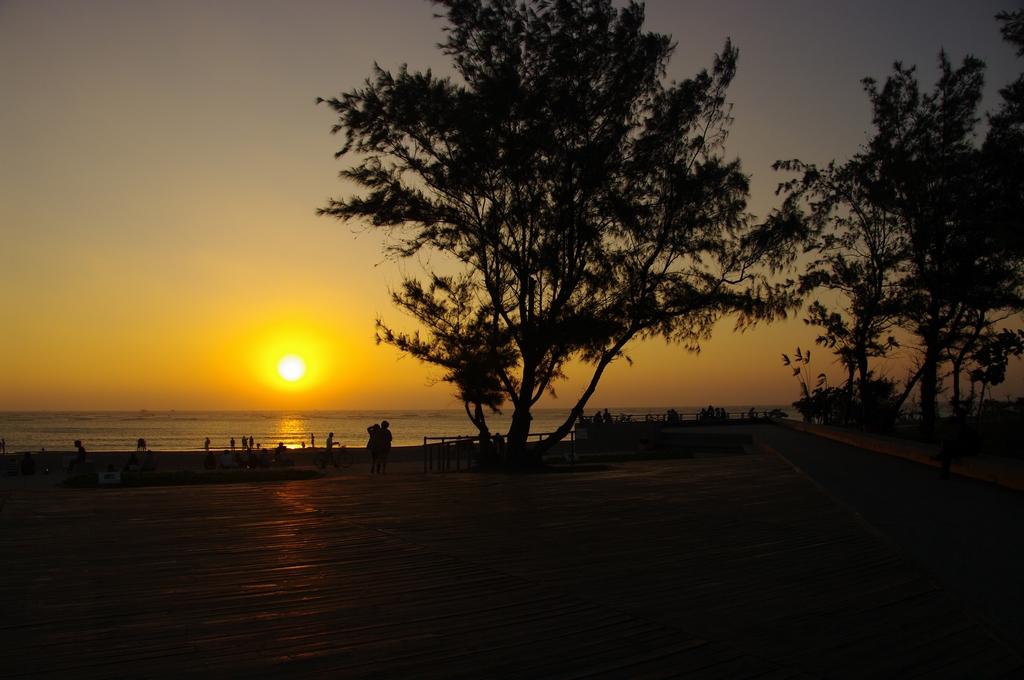 「安平夕照」,落日餘暉的夕陽之景。當黃昏夕陽西下時,可以看到滿天雲彩,將整片天空渲染成一幅絢麗的畫布,美不勝收