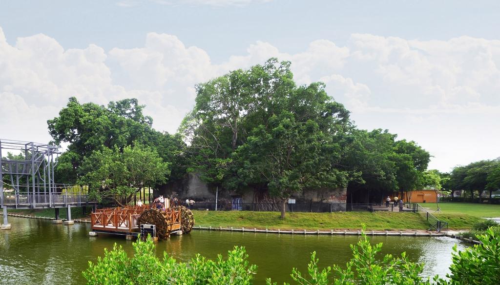 安平樹屋原為臺鹽倉庫,一度荒廢任由榕樹寄生形成屋樹共生奇景。活化後榮獲國家卓越建設獎、優良環境文化類金質獎。