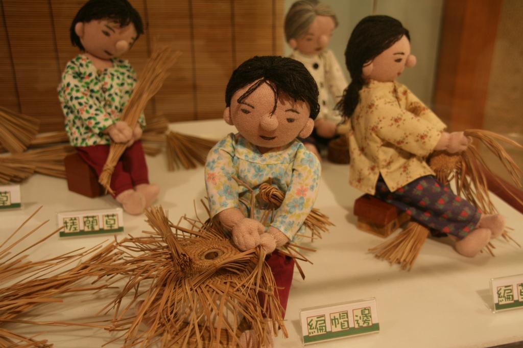 【大甲帽蓆】清初,大甲婦女採取藺草編製草蓆,成為官方禮品。日治初期,洪鴦用大甲藺草編織帽子,打開大甲帽的世界商標。
