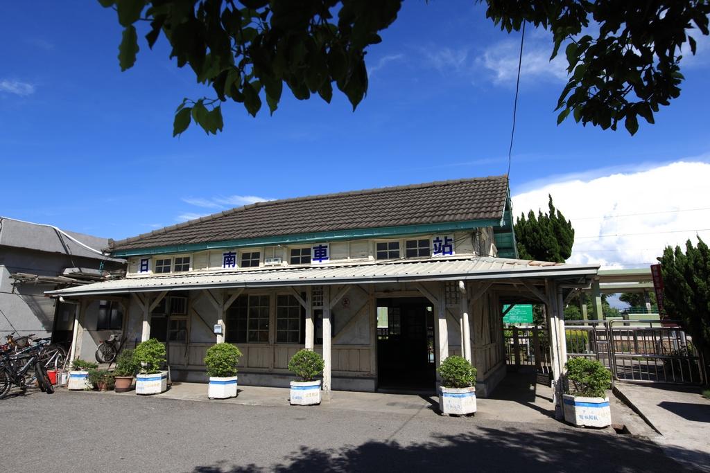 【日南火車站】日南火車站站房以木造結構為主體,前側外觀部份最大的特色:不等斜之屋頂,像切成兩半之房子,今為市定古蹟。