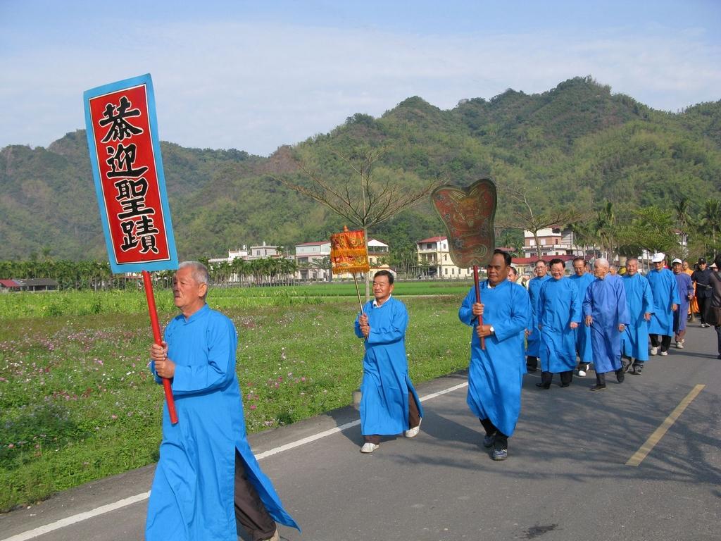穿上傳統藍衫,將字紙送到敬字亭中焚燒。