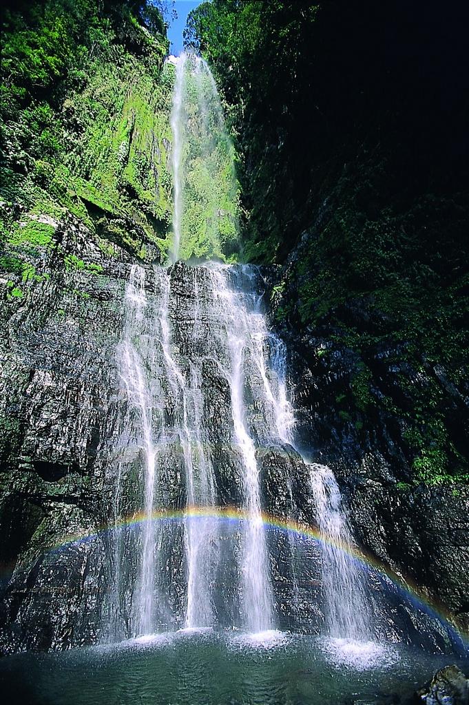 【五峰旗瀑布】五座奇峰橫亙連綿而成、形如大旗般的雄壯飛揚,瀑布磅礡壯盛、山林景緻秀麗,具多樣化遊憩功能。