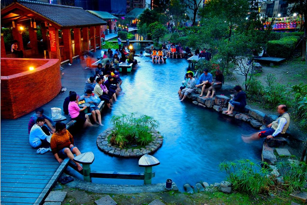 【湯圍溝公園】為礁溪溫泉分布的中心,充滿禪意的檜木風呂與半戶外泡腳池,可盡情享受自然舒適的泡湯氛圍。