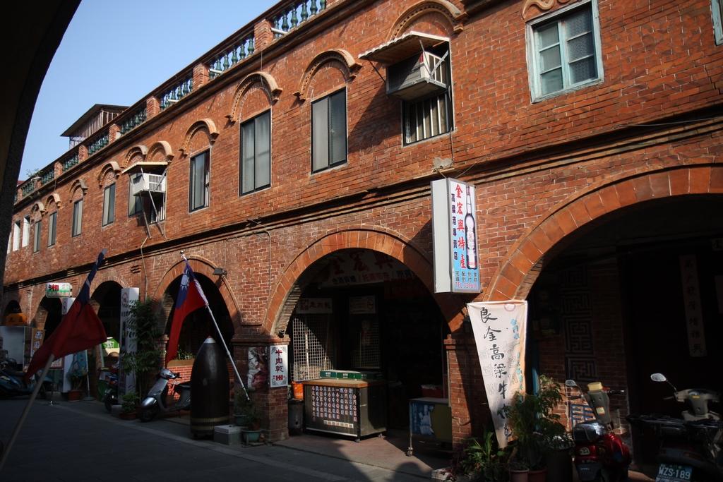 1924年興建的模範街,充滿中西式的建築語彙,現在已經打造成後浦形象商圈。