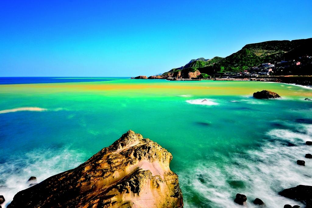【陰陽海(水湳洞地區)】  在濂洞灣凹口以及特殊水源地質的孕育下,海域形成金黃波浪追逐蔚藍海水的景緻,不想錯過著名的C形彎攝影景點,就駐足停留吧!看著晨昏景色光芒變化,聽著海石悸動的心跳!濱海間的動靜美感,一直與黃金山城相戶廝守著。