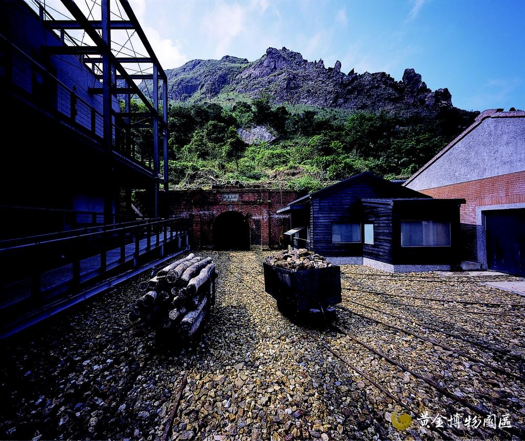 【金瓜石黃金博物園區(金瓜石)】  黃金博物園區是臺灣首座以「生態博物館」為理念所打造而成的博物園區。裡面除了展示金九地區特殊的礦業文化與黃金物理特性,並重現採礦坑道的情景,讓遊客體驗獨特的礦場特色。
