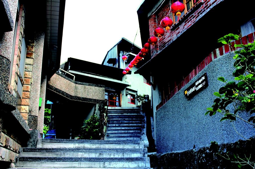 【祈堂老街(金瓜石)】  過去與豎崎路均是商業鼎盛、沿著山勢而建的階梯路。採礦期,每日人潮往來的道路,商圈應有盡有,包羅萬象,因而有金瓜石「銀座」之稱。現今的祈堂老街,較具特色的店舖為阿婆的柑仔店、真心咖啡館,以及低調卻處處是寶的「古貨宅」。