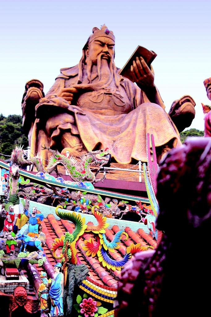 【勸濟堂(金瓜石)】  金瓜石地區最重要的信仰中心,以25噸純銅製作而成的關聖帝君,在陽光照耀下,宛如披著金袍;在雲霧繚繞時有如神仙騰駕之感。到訪時,不忘入內欣賞木雕大師黃龜理的木雕作品。