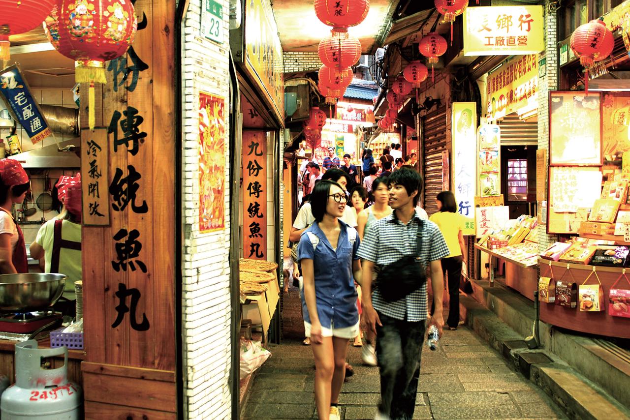【九份老街(九份)】  九份共有4條較為著名的老街,是遊客主要遊歷的街巷,其中基山街又名「暗街仔」,無論晴雨都不見天日,別具在地人文特色。