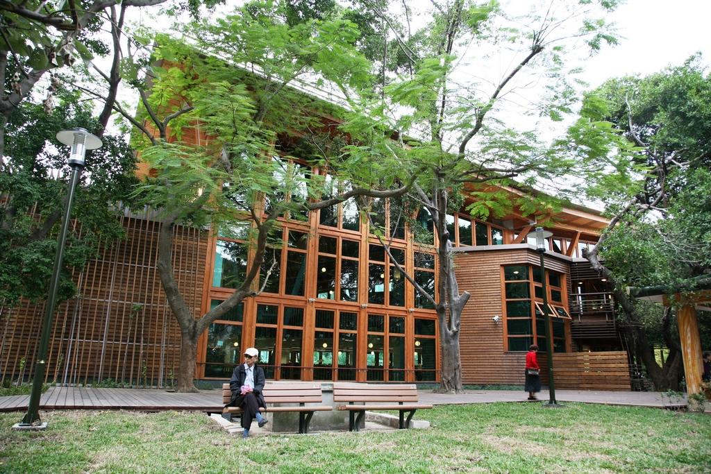 【北投圖書館】  臺灣首座通過鑽石級綠建築標章的圖書館,全館以原木打造,堪稱建築科技與環保節能兼具的多功能圖書館。