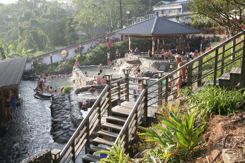 【北投公園露天溫泉】  位於北投公園內,造型雅致的露天溫泉,有6個高低溫差不同的浴池,泉水引用地熱谷的青磺泉,深受旅客喜愛。