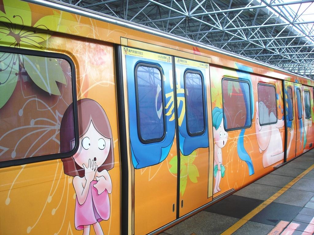 「新北投捷運彩繪列車」是一輛充滿北投風情的溫泉列車,車廂外彩繪鮮豔可愛的溫泉主題,常讓搭乘的遊客會心一笑。