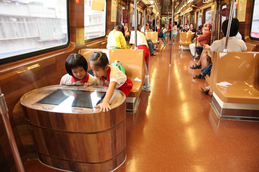 「新北投捷運彩繪列車」車廂內設有以溫泉木桶外觀的螢幕,介紹北投吃喝玩樂,小朋友看的津津有味,興致盎然。