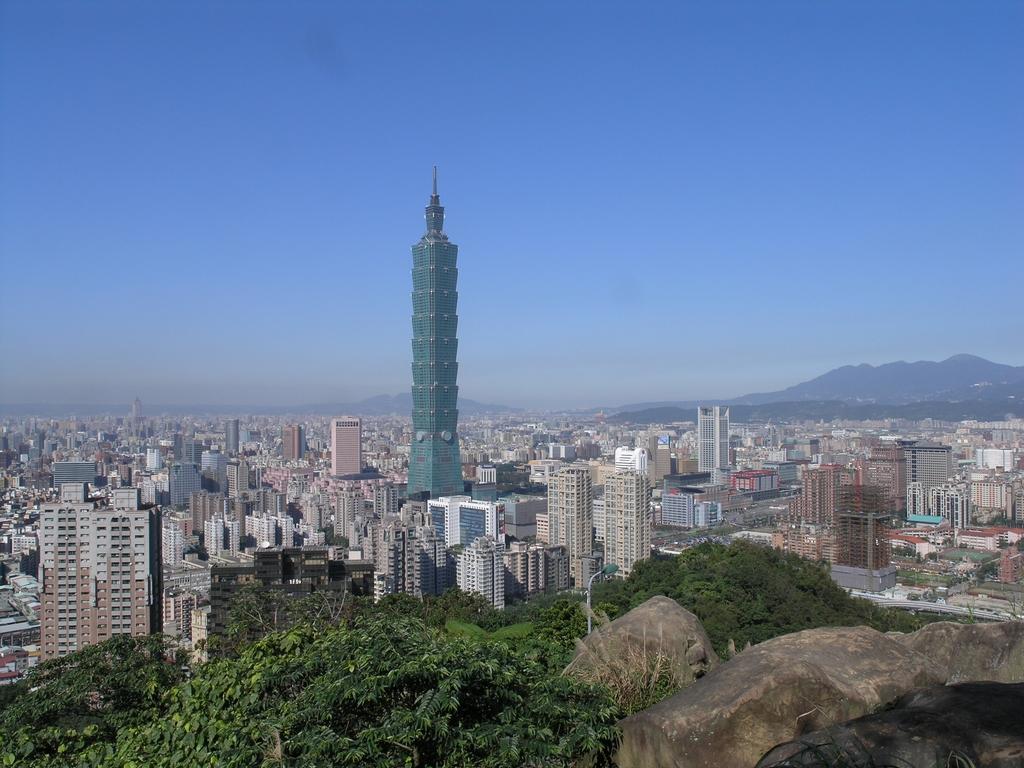 【登象山遠眺臺北風貌】  標高183公尺的象山緊鄰信義區且前無屏障,讓旅客眺望著信義區的風貌。