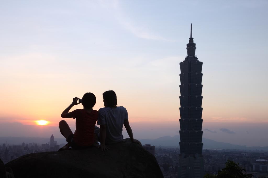 【登象山遠眺臺北風貌】黃昏時景,登上象山,欣賞夕陽餘暉西下,這裡早已成為攝影行家口耳相傳的信義區熱門取景地點。