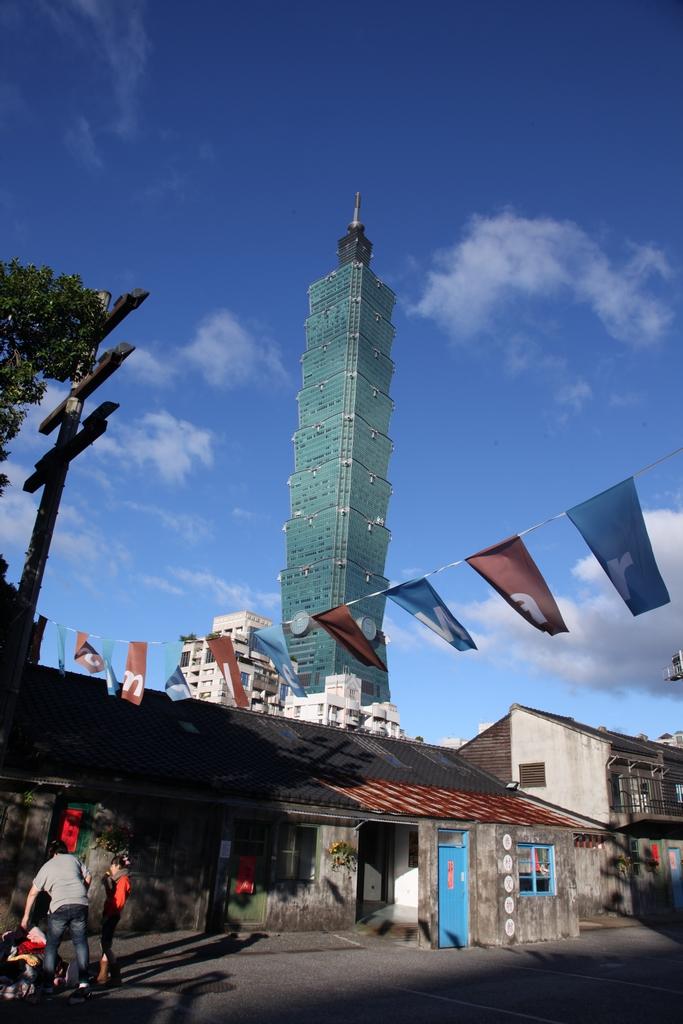 【四四南村】  別有舊時風味的四四南村與臺北金融中心建築群的強烈對比,展現信義區過去與現在的建築風格。