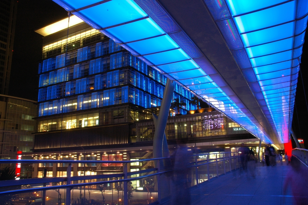 【信義空橋】宛如太空艙設計的頂蓋,入夜後幻彩的燈光形成均勻的發光體,為信義區的夜景增添浪漫風采。