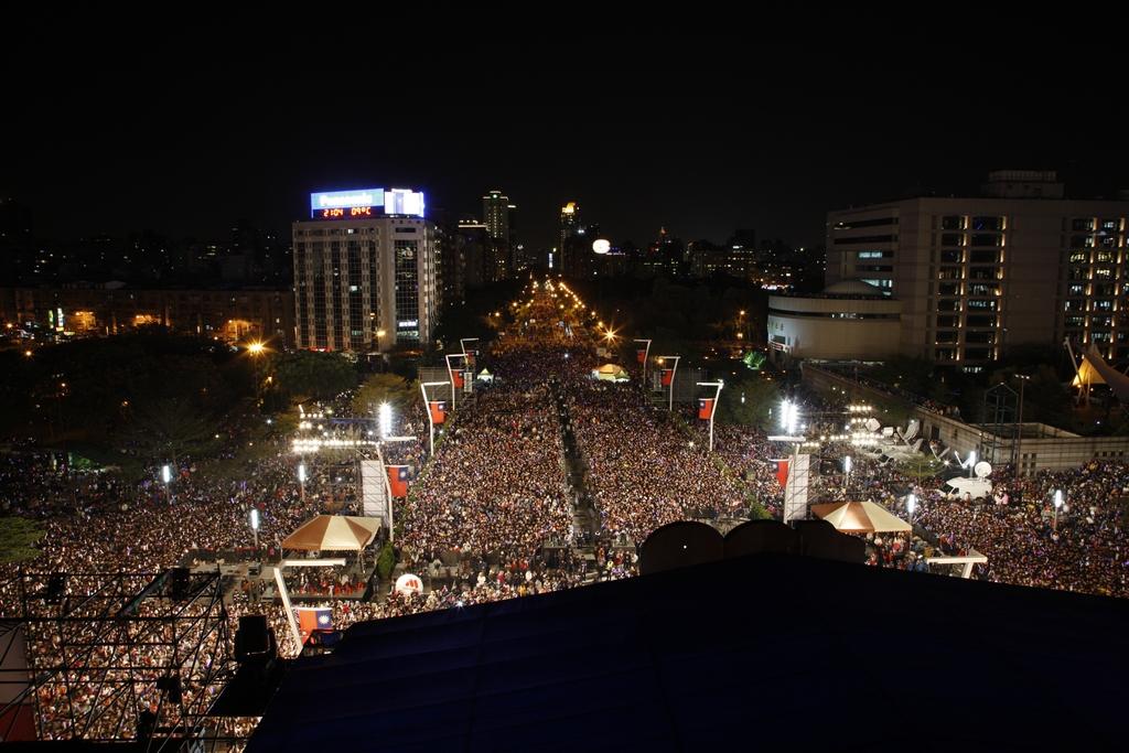 【臺北最HIGH新年城跨年晚會】湧入數十萬人潮齊聲倒數,塑造臺北最HIGH新年城的氛圍,這也是全臺最high的跨年晚會。