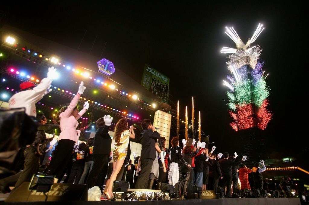 【臺北101煙火】  全臺最盛大的跨年煙火秀,隨著新年倒數計時結束施放煙火秀,更成為國際關注的臺灣焦點。