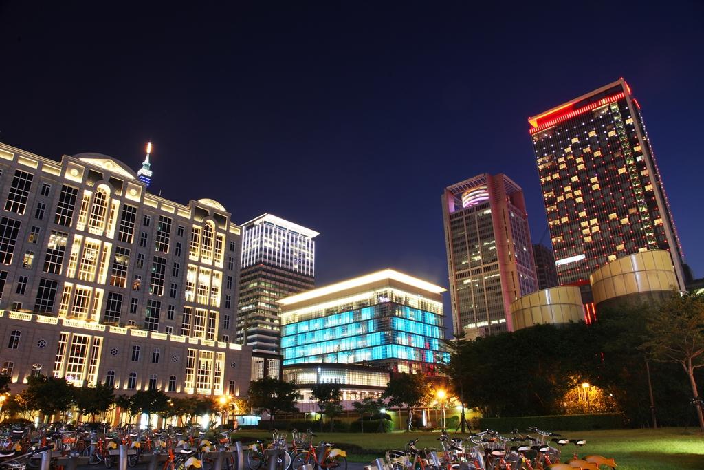 【信義商圈】  時尚潮流的百貨商場,雲集全臺最多品牌的國際精品,入夜後的樓燈,讓信義區更加閃亮。
