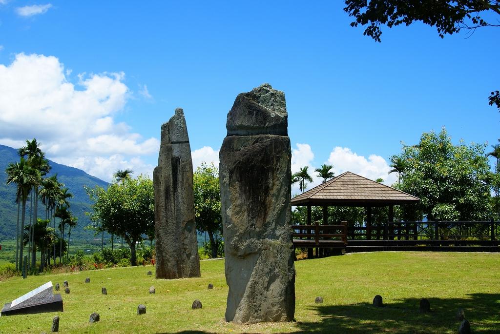 【掃叭石柱】  位於舞鶴台地北側山坡上,它的原意是指「木板」,距今約3千年前出現,是台灣唯一的史前巨石文明遺跡。