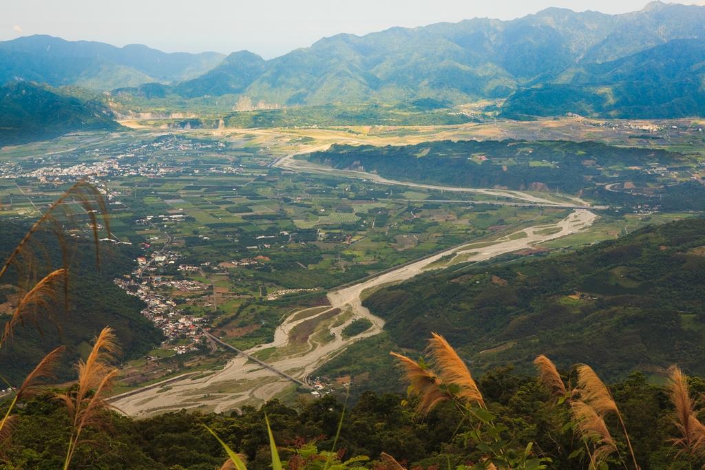 【花東縱谷】  高聳的中央山脈與海岸山脈,造就了狹長的花東縱谷。而瑞穗鄉便位於這美麗的谷地裡,有著純樸自然的田園風光。