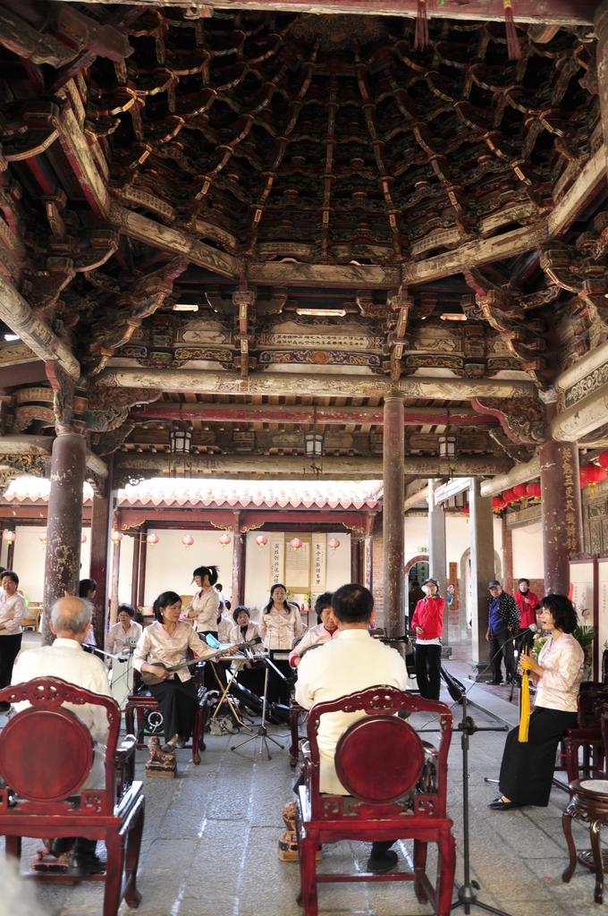 鹿港龍山寺不僅是重要的國定古蹟,更是南管之練習、演奏場域,遊客被幽雅古典的音樂包圍,彷彿被引領走入時光隧道,回到古早的年代。