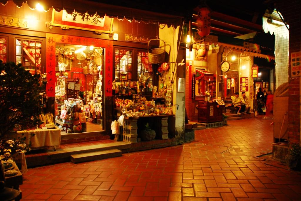 鹿港老街裡各式各樣充滿傳統特色的商店,每逢假日總吸引大批遊客造訪。